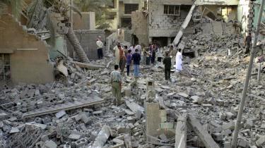 Beboere i Fallujah inspicerer skaderne efter et amerikansk bombeangreb på Fallujah i slutningen af oktober 2004. Få dagen senere erobrede amerikanske marinesoldater Fallujah, som siden har været forseglet