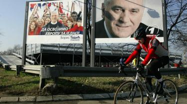 EU-landene foretrækker den siddende præsident, Boris Tadic (plakaten til venstre), frem for den nationalistiske modkandidat, Tomislav Nikolic (plakaten til højre).