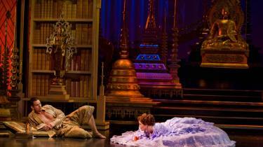 Hvem vil ikke gerne ligge lavere end kongen? Premiere-publikummet til -The King and I- nød Peter Jordes og Charlotte Guldbergs muntre timing i denne scene. Også fordi kronprins Frederik og Mary lo med oppe på balkonen. Dog hverken i bar mave eller krinoline.