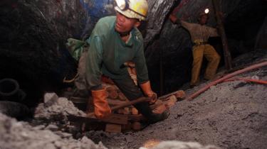 Sydafrika har enorme kulreserver, men paradoksalt nok er blandt andet landets kulminer ramt af den ustabile energiforsyning. Det betyder, at kulproduktionen beskæres med 10 procent.
