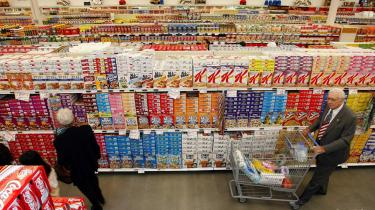 Både i USA og Storbritannien anvender flere supermarkeder kameraovervågning, kundeanalyse og elektromagnetiske mærker, såkalte -tags-, til blandt andet at indrette butikkerne, så kunderne køber flere varer. Men den nye teknologi kan også komme kunderne til gode.