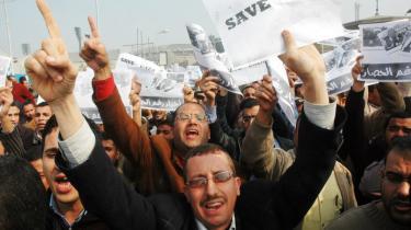 Kontroverser. Egyptiske demonstranter støtter palæstinenserne på Gazastriben, der selv brød gennem grænsen til Egypten for at protestere mod regeringens stiltiende accept af den israelske blokade af Gaza-striben.
