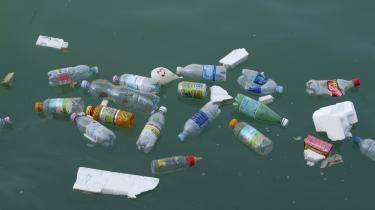 Verdens største losseplads holdes sammen af undersøiske havstrømme, og strækker sig fra 500 sømil fra Californiens kyst, tværs over Stillehavet næsten helt til Japan. Miljøforkæmpere advarer om, at plasticstuvningen vil vokse sig dobbelt så stor i løbet af ti år, hvis forbrugerene ikke skærer ned på deres brug af engangsplastic.