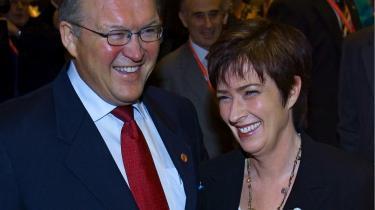 Nej til ham - ja til hende. Det var ikke socialdemokraterne som sådan, men en magtarrogant Göran Persson, svenskerne sagde nej til, da de i september 2006 valgte en borgerlig regering. Nu er Persson erstattet af Mona Sahlin, og nu står hun med den største tilslutning til socialdemokraterne i 30 år.