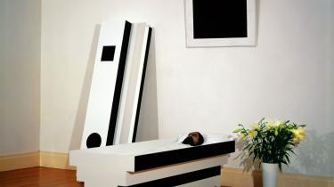 Irwins værk -Corpse of Art- rekonstruerer kunstneren Kasimir Malevich, som han blev udstillet i sin kiste i Kunstner Unionens Hus i Leningrad i 1935. Malevichs maleri -Sort kvadrat på hvid bund- indgåri Irwins installation, der samtidig kopierer de totalitære regimers symbolik.