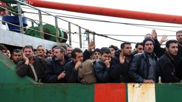275 illegale indvandrere, heraf 12 børn, venter på at stige i land i den græske havneby Katakolo i november 2007. Adskillige var afkræftede og dehydrerede. Hvad der er sket med dem, ved ingen.