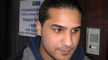 24-årige irakiske Ahmad Jwad Ali kom til Norge den 29. januar. Han står her uden for det norske modtagekontor for asylansøgere. Han er netop flygtet fra Sverige, hvor myndighederne ville sende ham tilbage til Grækenland, hvor han tidligere har oplevet mishandling og overgreb som flygtning.