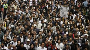 Et sted mellem -små 5.000- og 22.000 mennesker - afhængig af, hvem man spørger - marcherede den 13. januar gennem Hongkong. De ønsker direkte valg til posten som overhoved for Hongkong senest i år 2012. Centralmagten i Beijing har stillet befolkningen i udsigt, at der tidligst i 2017 kan blive tale om direkte valg.