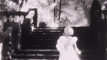 Mysterium. Wilkie Collins' 'Kvinden i hvidt' har ikke så forfærdelig meget at byde på. Derfor er det en gåde, at denne roman her knap 150 år efter førsteudgivelsen udkommer på dansk.