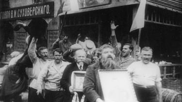 Filmfestival i Berlin. Til tonerne af live klaver og trækharmonika fortæller Carl Th. Dreyers 87 år gamle film -Elsker Hverandre- historien om, hvordan russiske jøder i 1905 kommer i klemme mellem den gryende revolution og det gamle styre, der forsøger at redde sit eget skind ved at foretage en afledningsmanøvre af de mere usædvanlige.