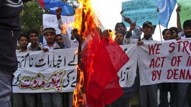 I Karachi afbrændte unge medlemmer af det religiøse parti Jamaat-e-Islami i går Dannebrog som en protest mod danske avisers genoptrykning af en Muhammedtegning.