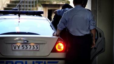 De to tunesiske mænd, der er mistænkt for at ville dræbe en bladtegner fra Jyllands-Posten, blev i går fremstillet i Dommervagten i København. De ankom under stærk politibevogtning.