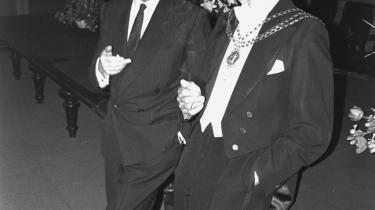 Sonningprisen. I 1968 fik Arthur Koestler (tv.) den prestigiøse Sonning-pris, overrakt af rektor ved KU, Mogens Fog (th.). I sin takketale sagde han, »at evolutionen har udstyret menneskearten med en hjerne, hvor vores følelsesbaserede tro er holdt adskilt og i evig konflikt med det fornuftsmæssige intellekt«.