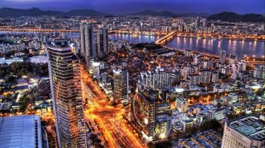 Koreanerne har ikke andet end hovedrysten til overs for vores primitive fokus på design. Det, der betyder noget i mobiltelefonen er features, masser af features. Seoul er teknologiens højborg, hvis man altså ikke tager til markedet, hvor man finder det, vi synes er det -ægte Asien- med sine Kimchi-boder - en koreansk nationalret der nemmest beskrives som kål i eddike.
