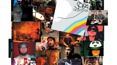 Et album der sang for sang er et coveralbum af en punkplade - men gendigtet pr. hukommelse. En dansk cd-antologi med nervetråde i undergrunden. Og en serie Manhattan-fortolkninger af afrikansk og klassisk tradition. Rocken slår sig i tøjret