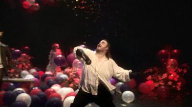 Ilden brænder i Nicolas Bro. Her eksploderer hans Hamlet i en overrumplende fægtescene mellem satireballoner og konfettikanoner i det nyåbnede Skuespilhus.