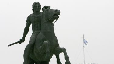 Slagsmålet om navnet på det lille europæiske land har varet i 16 år og involverer FN, EU, NATO og Alexander den Store, der døde for snart 2.500 år siden. Her er det statuen af sidstnævnte i den græske by Thessaloniki.