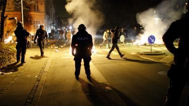 Fjenden er det normale samfund, og politiet er tæskeholdet for det normale samfund.