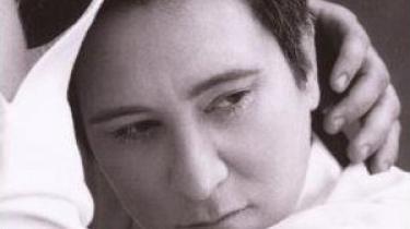 Med udgangspunkt i sublime udgivelser fra et par store kvindelige kunstnere erklærer vor mand på bladets uriaspost sin stadige kærlighed til menneskestemmens klangmuligheder i den gode sangs tjeneste