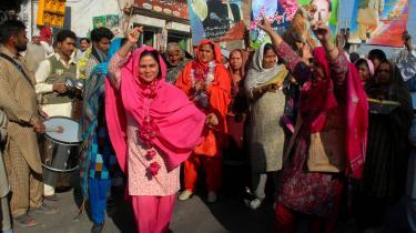 Kvindelige tilhængere af Pakistans tidligere regeringschef Nawaz Sharifs (på plakaterne bag dem) og hans parti Pakistan Muslimske Liga-N danser jublende i gaderne for at fejre deres leders valgsejr over den siddende præsident Pervez Musharraf. Søn af den nyligt myrdede Benazir Bhutto, Bilawal, proklamerede i pressen: -Min mor sagde altid, at demokrati er den bedste hævn-.