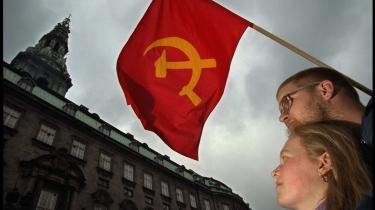 De røde faner kan ventes foran Christansborg i løbet af et -varmt- forår.