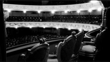 Kulturministeren har pludselig fundet ekstra penge til Det Kongelige Teater, mens egnsteatrene går en usikker fremtid i møde. Mange ser dette som en typisk lappeløsning, der bl.a. er en følge af den eksisterende teaterlov.