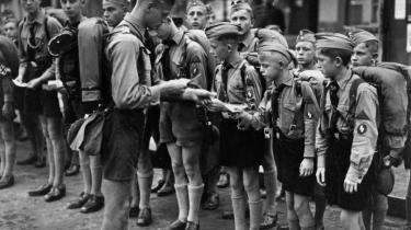 Siden Anden Verdenskrigs afslutning har den såkaldte Hitlerjugend-generationen været traumatiserede på grund af deres voldsomme barndom, som de har haft svært ved at tale om, fordi det har været tabu i Tyskland at fortælle den slags historier. Billedet viser medlemmer af Hitlerjugend på vej til rigsdagen i Nürnberg i 1938.