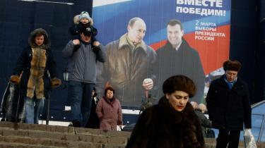 Putin og Medvedjev - arm i arm. Stort set alle kommentatorer og analytikere er enige om, at præsidentvalget er afgjort på forhånd af klanerne og Kreml. At medierne er i Kremls hule hånd og at Dmitrij Medvedjev bliver præsident, så Putin kan fortsætte med at bestemme. De er også enige om, at der ikke er noget reelt alternativ til dette scenarium.