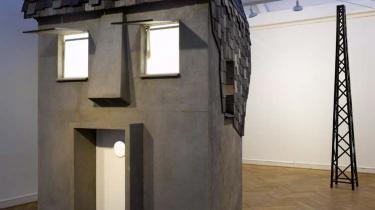 -The House in Your Head- frembyder et bemærkelsesværdigt men-nesketomt bylandskab, der giver associationer til Edward Hoppers og Palle Nielsens forladte byprospekter.