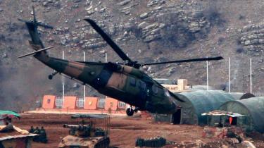 En Super Cobra-helekopter overflyver en artilleristilling ved den tyrkisk-irakiske grænse som led i offensiven mod kurdiske PKK-oprørere i det norlige Irak. Det er en helikopter af denne type, PKK hævder at have skudt ned i lørdags.