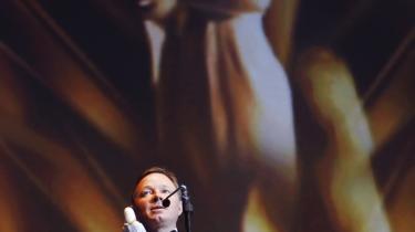 Jesper Asholt modtog en Bodil for sit mesterlige portræt af det medlidenhedstyranniske familieoverhovede, der forgriber sig på sin datter i filmen -Kunsten at græde i kor-.
