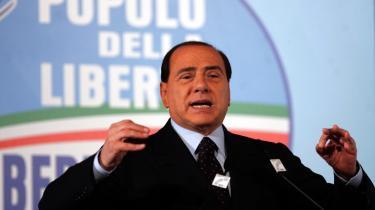 Hvem sagde en gammel mand på 72? Silvio Berlusconi har nærmest pralet med sine kosmetiske ansigtsoperationer og sit farvede hår. Han er kun motiveret til at gå ind i politik af to målsætninger: personlig straffrihed og fortsat kapitalakkumulation.