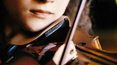 Den unge amerikanske violinvirtuos Hilary Hahn lod hver eneste node stå fuldstændig perfekt ved søndagens Stjernekoncert i Radiohuset. Der var bare ét problem: Hun smilede aldrig. Det gjorde pianisten Valentina Lisitsa til gengæld - hele tiden