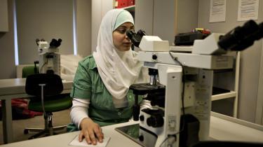 En studerende på Bioanalytikerskolen i København, som er populær blandt unge med en udenlandsk baggrund. Ifølge en ny OECD-rapport er op mod hver fjerde indvandrer overkvalificeret til sit nuværende arbejde