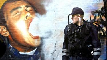 Politiet i færd med at rydde og nedrive Pusher Street på Christiania i marts 2004. Et år før politiaktionen vurderede Københavns Politi, at hashhandlen ville flytte ud i gademiljøet i København samt til hashklubber, hvis man lukkede hashboderne på Christiania.