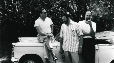 Værdigt trængende. Klaus Rifbjergs sportsvogn vakte stor forargelse blandt befolkningen, efter forfatteren begyndte at modtage statsstøtte. Her ses han i snak med Jørgen Gustava Brandt og Robert Corydon under et forfattertræf i 1964.