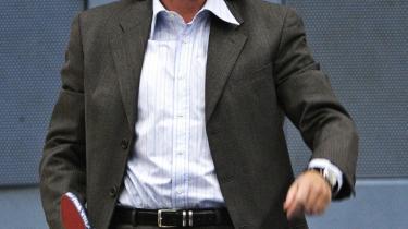 Kulturminister Brian Mikkelsen promenerer gerne ved filmfestivalen i Cannes. Her stråler han i genskæret fra Lars von Trier, Bille August og Gabriel Axel, som er autentiske danske auteurs. På billedet giver Mikkelsen en forsmag på sit bordtennisspil ved et OL-pressemøde.
