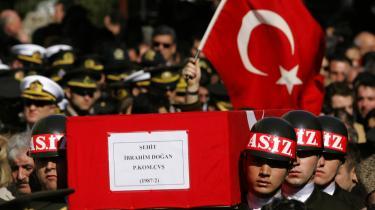 En af de mindst 24 faldne tyrkiske soldater blev i går begravet i Istanbul. Tabstallet på den kurdiske side vurderes at være langt højere.