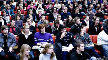 Professionshøjskoler forudser fyringer og budgetunderskud som følge af nye besparelser. SR anklager regeringen for at løbe fra løfter på flere uddannelsesområder