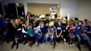 Gymnasieelever forsøger på tirsdag at få politikerne til at leve op til deres valgløfter med demonstrationer i både København og Århus. Eleverne på Helsingør Gymnasium har før givet deres utilfredshed til kende - her danser 37 elever stoledans om 24 pladser i protest mod besparelser.