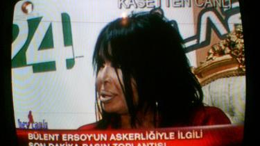 Den tyrkiske sangerinde Bülent Ersoy har ganske gevaldigt fået ørerne i maskinen. Den nu folkekære Esroy er for kontroversiel til at blive vist på tv. Hun bliver censureret, ligesom meget tyrkist musik også bliver det.