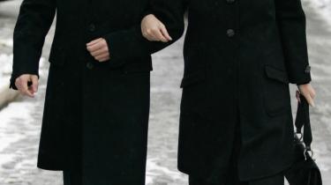 Præsidentvalgets sejrherre, Dmitrij Medvedev, ankommer sammen med sin kone, Svetlana, til et valgstedi Moskva. Foreløbige opgørelser viser, at to tredjedele af de russiske vælgere har stemt på Medvedev.
