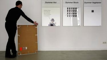 Plakaten med Kabahen og teksten -dumme sten- fjernes fra galleriet i Berlin.