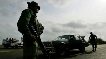 Venezuelas præsident, Hugo Chávez, har i første omgang sendt 9.000 soldater til grænsen til Colombia, og han har advaret sin colombianske kollega om, at en aktion som den i Ecuador vil blive betragtet som en krigserklæring.