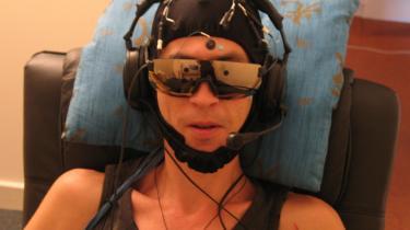 Med hatte til at måle hjernens elektriske svingninger undersøger Marios Kittenis på Edinburghs Universitet, hvorvidt der er telepatisk kontakt mellem to fysisk adskilte personer.