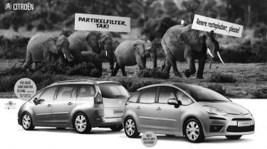 Mange bilreklamer er snart er lige så grønne som Greenpeace og den miljøomvendte Fogh tilsammen. Det lugter af lusk, men måske er reklamerne blot spejl af den paradoksramte forbruger
