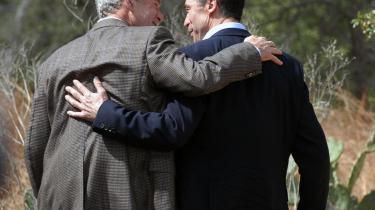 Billedet, der frøs fast på nethinden: Anders Fogh Rasmussen og George W. Bush i øm omfavnelse med den danske statsministers hånd anbragt på og omkring verdens mægtigste afmægtige mands mørbrad