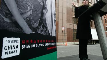 Skuespilleren Mia Farrow, der også er goodwill-ambassadør for UNICEF, holdt en tale foran den kinesiske FN-mission i New York, hvor hun bl.a. koblede Kinas støtte til Sudan sammen med De Olympiske Lege i Beijing.