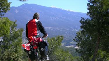Mont Ventoux forude. Fra den brølende vind i Rhône-dalen har den tapre dannebrogs-cyklist kæmpet sig op på sydsiden af vindenes bjerg.
