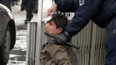 Tusinder af kurdere har demonstreret over den tyrkiske hærs offensiv inde i den kurdiske del af Irak. Der var 10,000 på gaden i hovedbyen Diyarbakir i sidste måned. En tyrkisk politimand tørrer her blod af en kurdisk demonstrant i håndjern.
